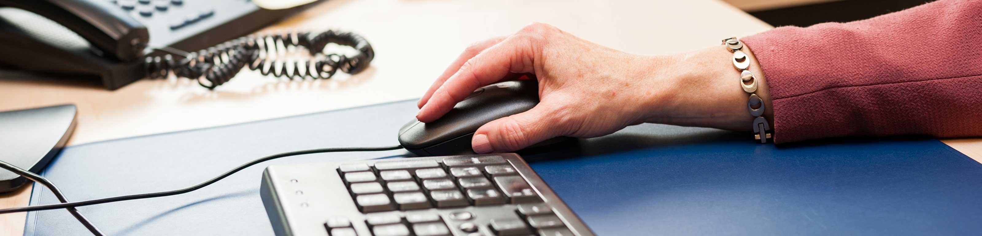 Tastatur und Hand die die Maus führt